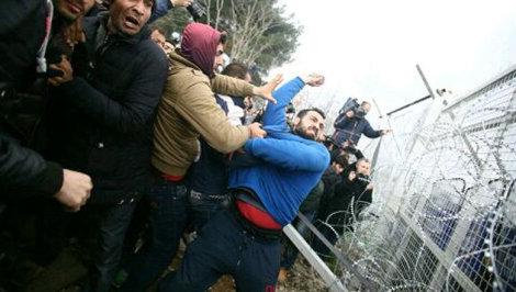 Krone.at - Inszenierter Sturm auf Makedoniens Grenzzaun