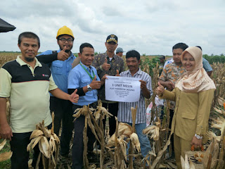PT OKI Pulp Kembali Berikan Bantuan Mesin Perontok Jagung