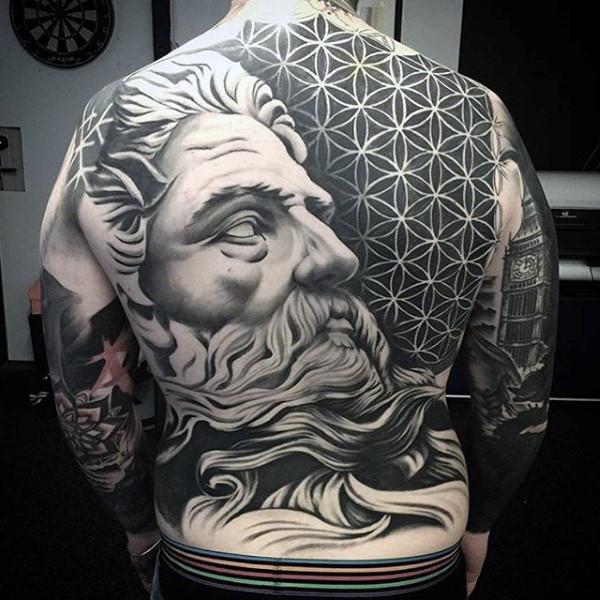 Tatuajes en la espalda de estatua realista