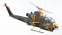 Üzerinde bir kobra yılanı resmi olan bir kobra helikopteri havada uçarken