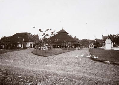 Pendopo & Rumah Bupati Tahun 1925. Sumber : Koleksi Tropen Museum. COLLECTIE_TROPENMUSEUM_Het_kantoor_van_de_assistent-resident_in_Tasikmalaja_TMnr_10015379