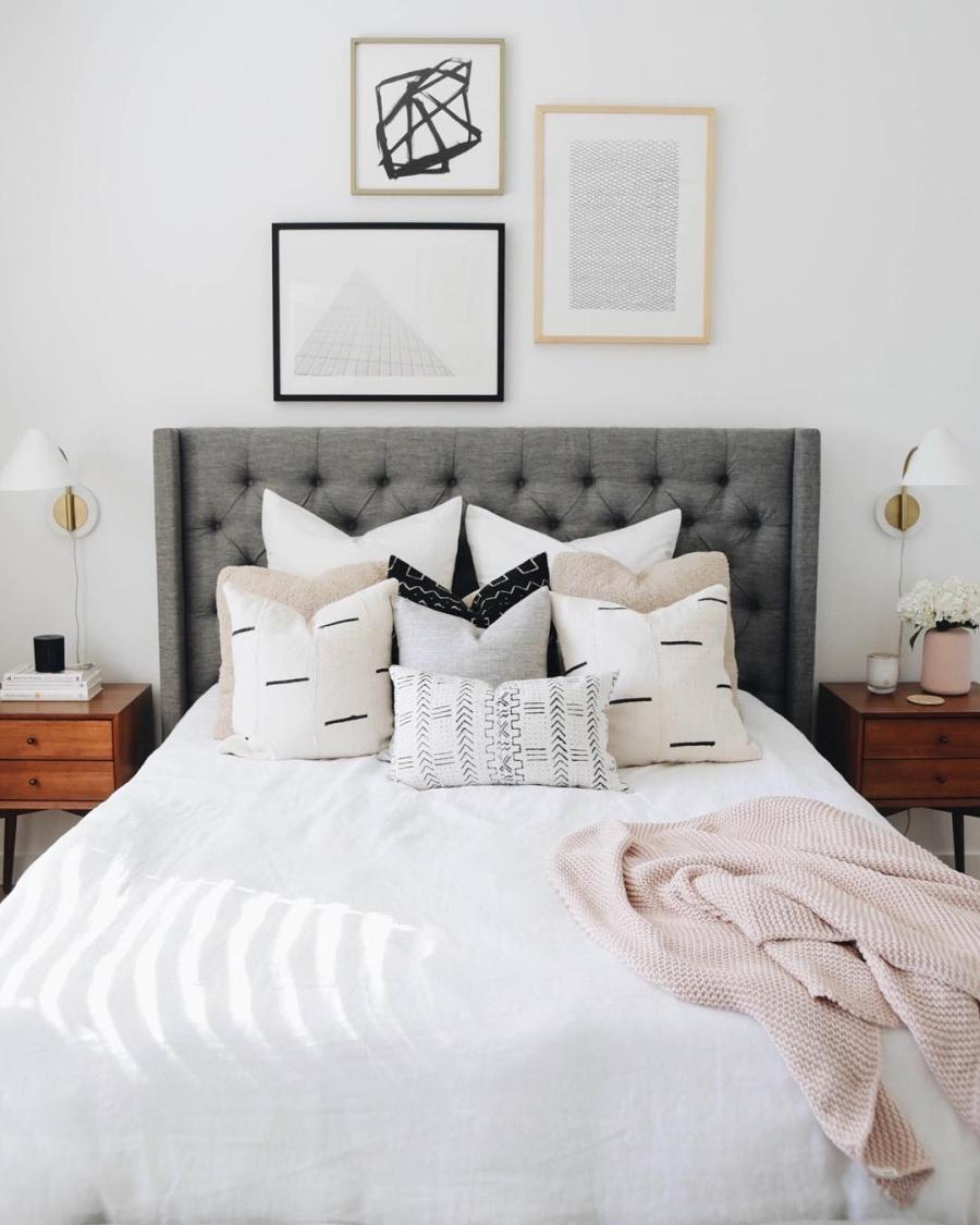 Proste i przytulne wnętrze w bieli, wystrój wnętrz, wnętrza, urządzanie domu, dekoracje wnętrz, aranżacja wnętrz, inspiracje wnętrz,interior design , dom i wnętrze, aranżacja mieszkania, modne wnętrza, białe wnętrza, wnętrza w bieli, styl skandynawski, minimalizm, naturalne dodatki, jasne wnętrza, sypialnia, bedroom, łóżko z zagłówkiem