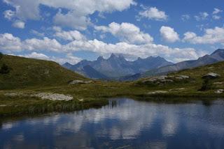 Reflet des Aiguilles d'Arves dans le lac Guichard, Col de la Croix de Fer