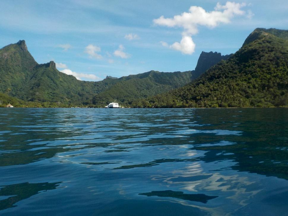 Lagon bleu profond de la Baie de Vaiare