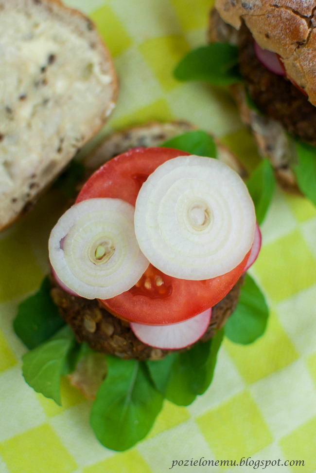 Wegeburgery z zielonej soczewicy i marchwi