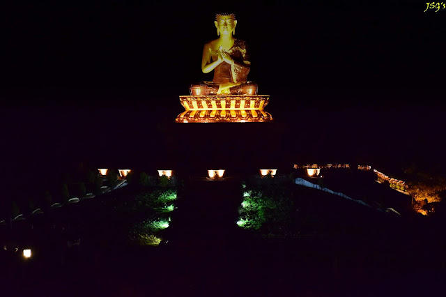 The same Budhha statue in the nightlights. @DoiBedouin