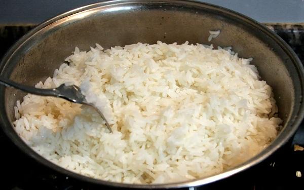 Os perigos de reaproveitar o arroz amanhecido (Imagem: Reprodução/Desafios Gastronômicos)