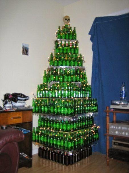 rbol de navidad con los restos de montar el de botellas todo sea por reciclar