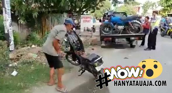Kesal Ditilang, Kakek Bakar Motornya Di Jalan Raya?