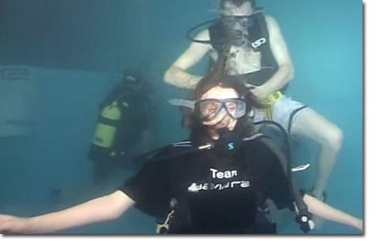 Guinness World Records- Cortando cabelo mergulhado em piscina