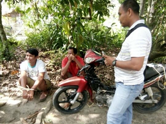 Ipda Syamsul Adhar SH saat menginterogasi  Otto (kaos putih) dan M Aripin (kaos merah) di lokasi penggerebekan.