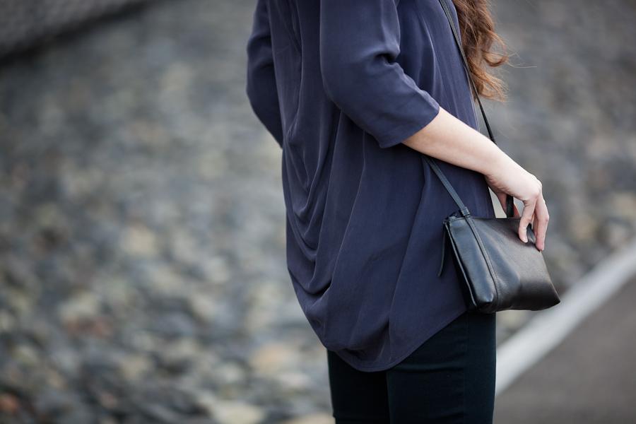 jedwabna koszula | skórzana torebka | cosstores