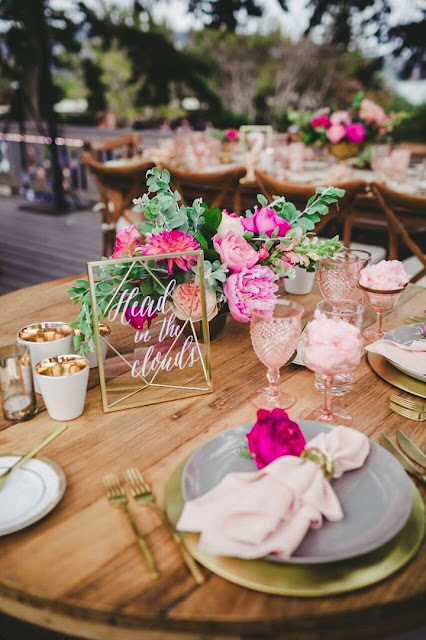 Es Tendencia: Cristalerías grabadas para bodas - Foto: www.modwedding.com