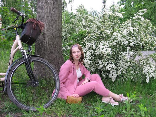 Malinowy garnitur w rowerowej stylizacji