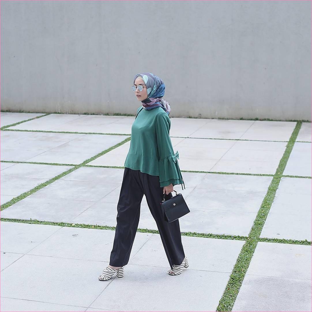 Outfit Baju Top  Blouse Untuk Hijabers Ala Selebgram 2018 blouse lengab terompet polos hijau tosca pallazo celana cullotes hitam wedges high heels stripe putih segiempat hijab square bermotif handbags kacamata ootd trendy