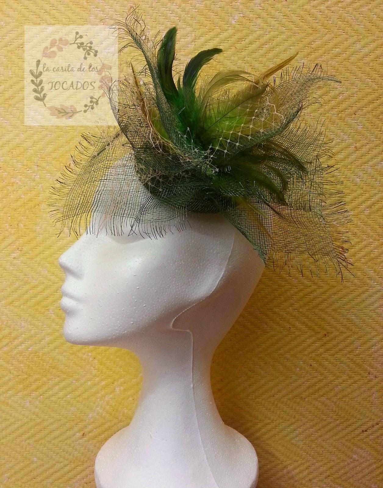 tocado moderno para boda o evento de fiesta en color verde, con sinamay, velo y plumas