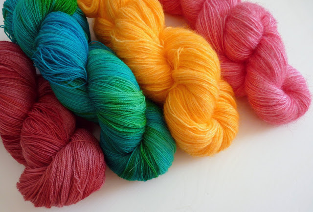 Madeline's Wardrobe: Dyeing yarn with food coloring