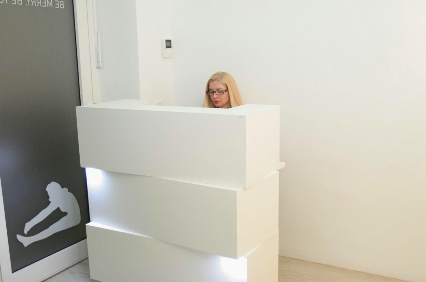 colour up your office wei e designtheke mit beleuchtung f r ihr yoga studio oder auch ihr. Black Bedroom Furniture Sets. Home Design Ideas