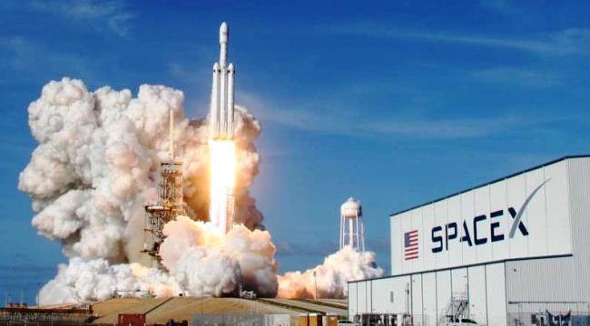Peluncuran Roket Falcon Heavy milik SpaceX
