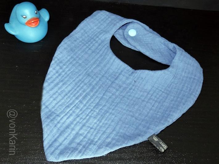 blaues Musselin Babylaetzchen mit Druckknoepfen