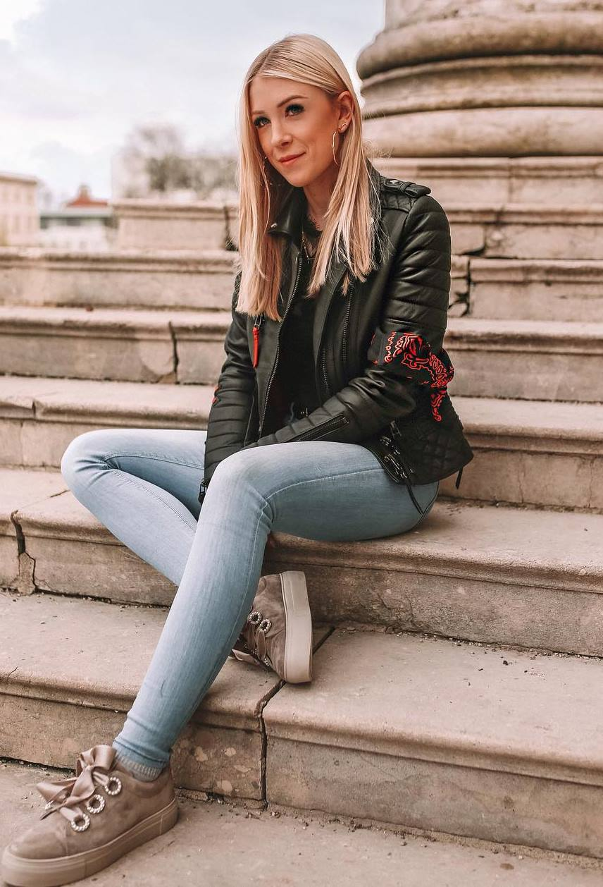 casual style addiction / skinny jeans + sneakers + black leather jacket + top