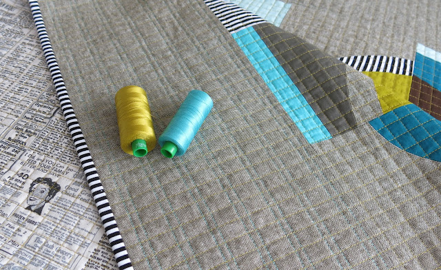 Luna Lovequilts - Retro - Close-up on quilting - Aurifil thread on Essex Linen fabric