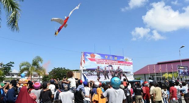 Masyarakat Sorong Saksikan Demonstrasi Terjun Payung