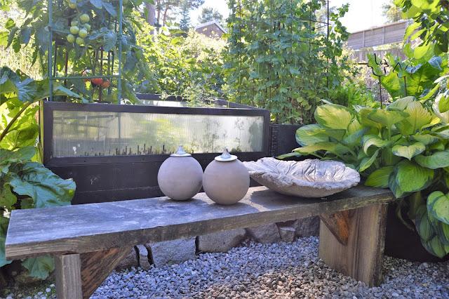 Se en hage i harmoni med seg selv - Stilleben foran en vekstbenk. Furulunden. DSC_0041-min
