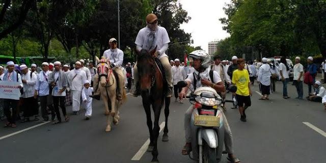 Luar Biasa!...Ikut aksi 2 Desember, si kembar ini naik kuda dari Depok