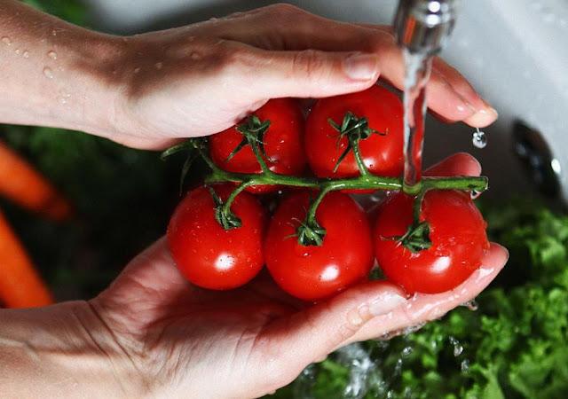 Afirman que 500 pesticidas continúan en frutas y verduras aún luego de ser lavadas y peladas