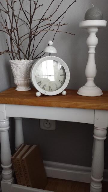 Biały stolik nocny z drewnianym blatem, olejowanie drewna, postarzanie drewna, DIY