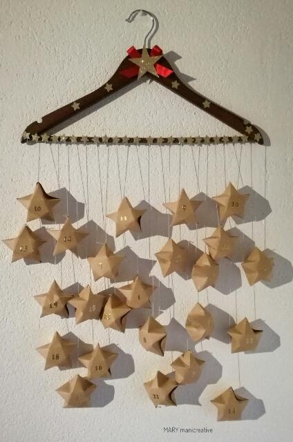 Calendario dell'avvento con stelle di carta 3D