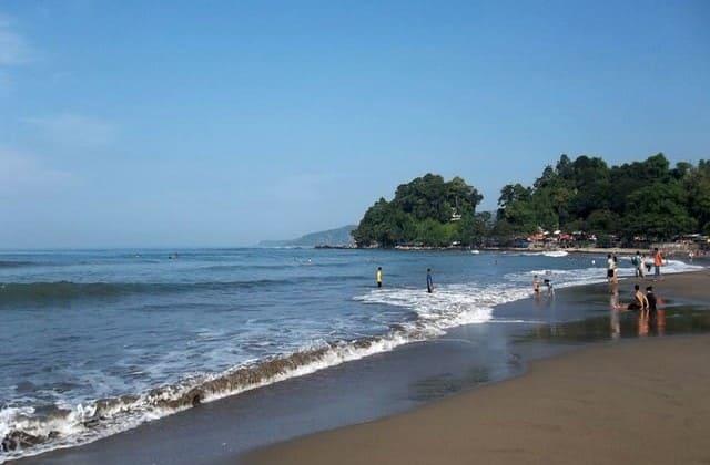 Menyusuri Garis Pantai di Pantai Sepanjang