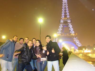 Torre Eiffel à noite e grandes amigos - Paris - França - Iluminação especial