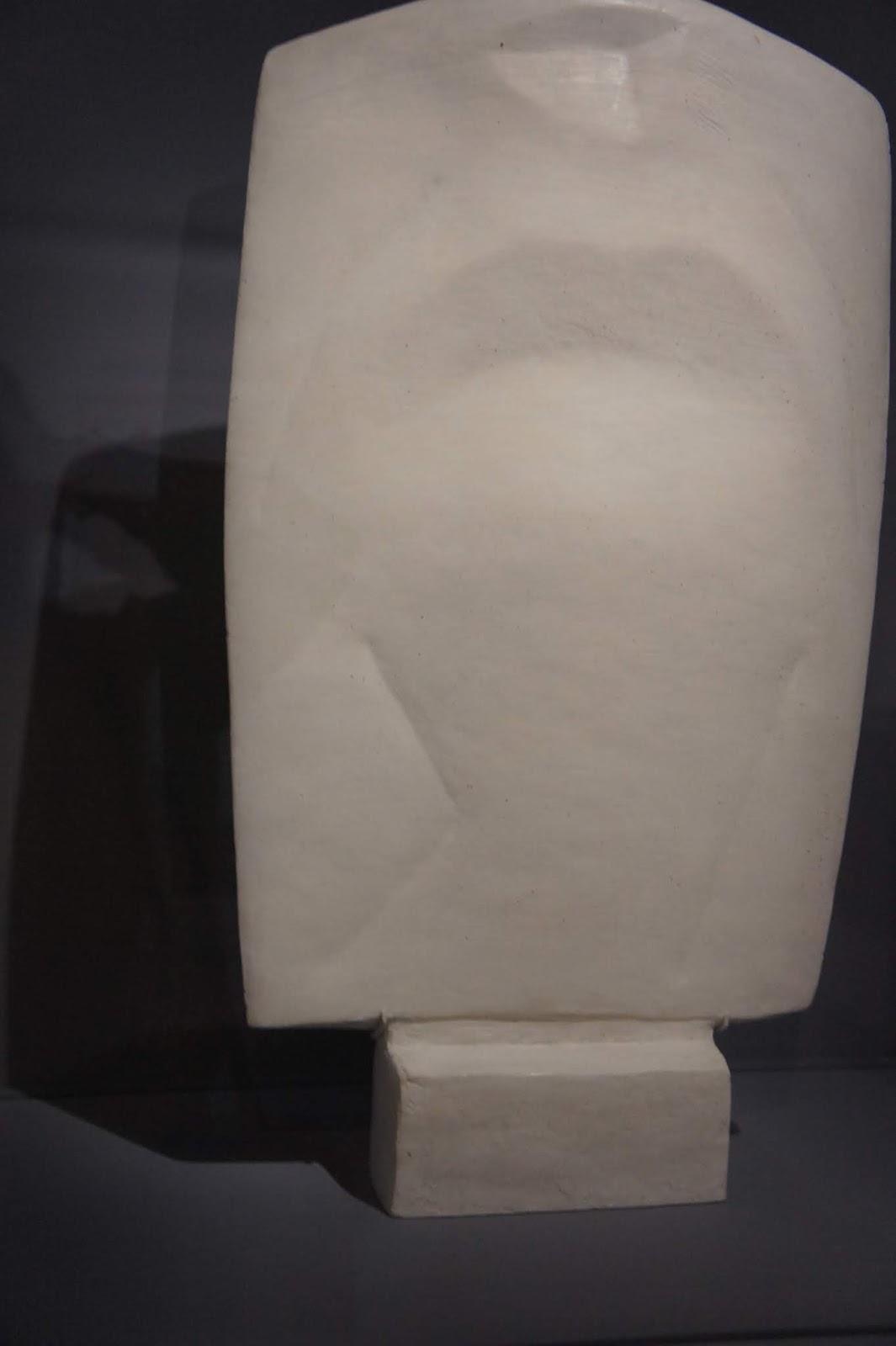 4489572c19f8e4 Femme plate V vers 1929 ,plâtre, fondation Giacometti Paris et Tête crâne  1934, plâtre, fondation Giacometti paris. Les stèles et les figures plates,  ...