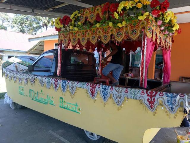 Meriahkan Pawai di Lutra, Camat Malbar Sulap Mobil Jadi Perahu Sagu