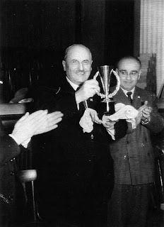 Juan Bäbler con el trofeo