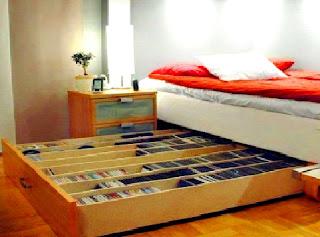 Menggunakan tempat penyimpanan atau ruang bawah ranjang