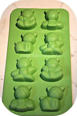 Invece di usare gli stampi interni alla scatola abbiamo usato questo forma  ghiaccio di silicone e22cde18b634