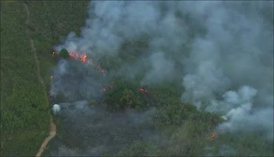 Foco de incêndio próximo à Trilha do Pai Zé. Imagem: frame de vídeo da Globo