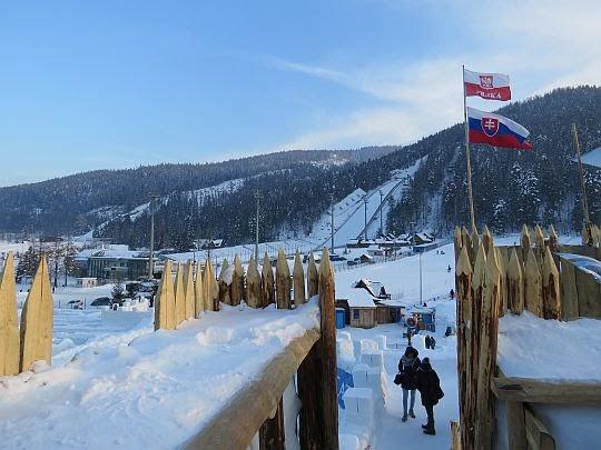 Widok na skocznię narciarską.