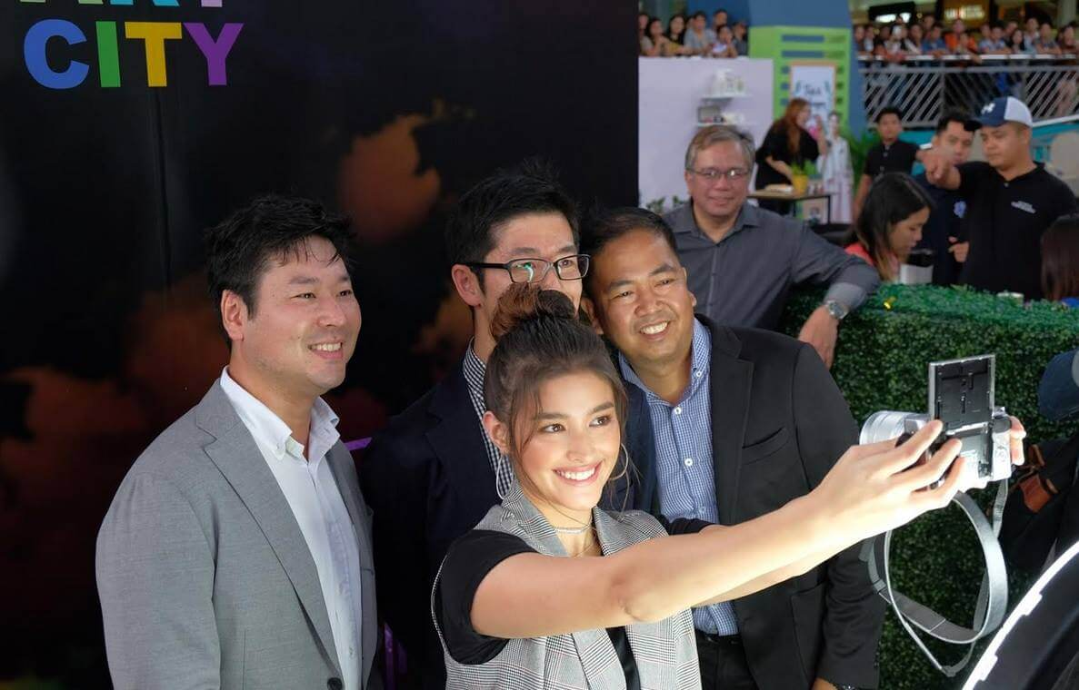 Liza Soberano Taking Groufie with the Fujifilm X-A3