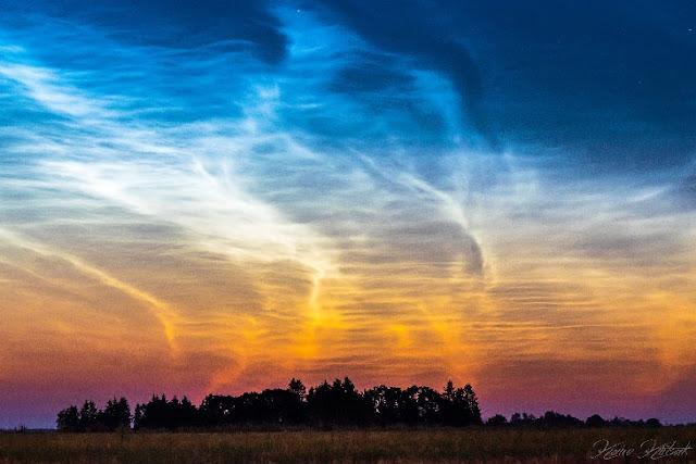 Nuvens Noctilucentes fotografads em 26 de julho de 2018 em Simuna, na Estônia, por Kairo Kiitsak