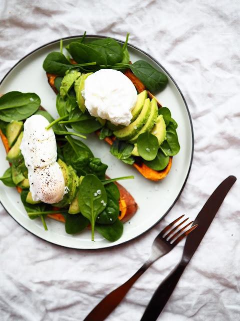 avokado-bataattitoast, bataatti-avokadotoast, gluteeniton-aamiainen, gluteeniton-brunssiruoka, bataattitoast-ja-uppomuna, uppomuna