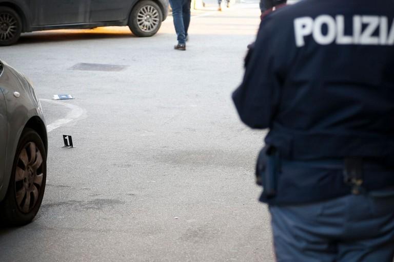 Doppia sparatoria nel centro di Bitonto, passante uccisa: forse usata come 'scudo'