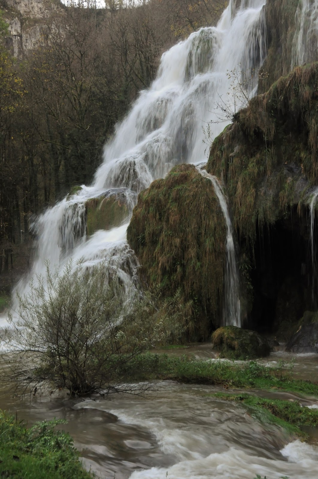 Restaurant Des Grottes Face aux cascades au fond de la reculee de