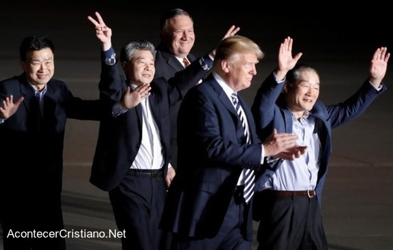 Donald Trump recibe a los tres misioneros liberados por Corea del Norte