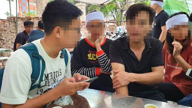 Bố đẻ nạn nhân V.A (áo đen, giữa) cho biết, gia đình đang chờ kết luận cuối cùng từ cơ quan điều tra liên quan đến cái chết của con gái ông.