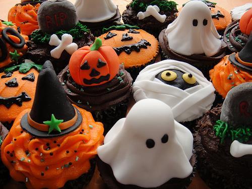 декор блюд на Хэллоуин, рецепты на Хэллоуин, Хэллоуин, праздничные блюда на Хэллоуин, рецепты,,Hallows' Eve, All Saints' Eve, на Хэллоуин, идеи на Хэллоуин, еда на Хэллоуин, кексы на Хэллоуин, кексы, кексы на Хеллоуин, кексы с паутиной, кексы-монстры, кексы праздничные, кексы на праздник, оформление кексов на Хэллоуин, оформление маффинов на Хэллоуин, оформление капкейков на Хэллоуин, маффины, капкейки, десерты на Хэллоуин, десерты,  кексы с монстрами,