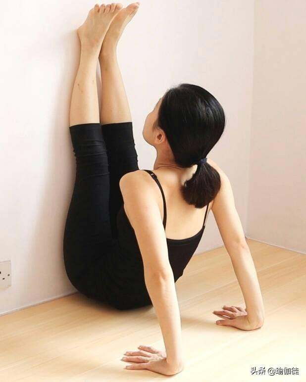 瑜伽雙腳靠牆倒立式練習與好處,改善水腫坐骨神經痛(一個動作)